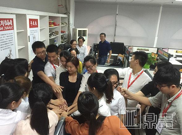 在鼎贵珠宝展柜制作厂工作的每一位,不是员工是家人!