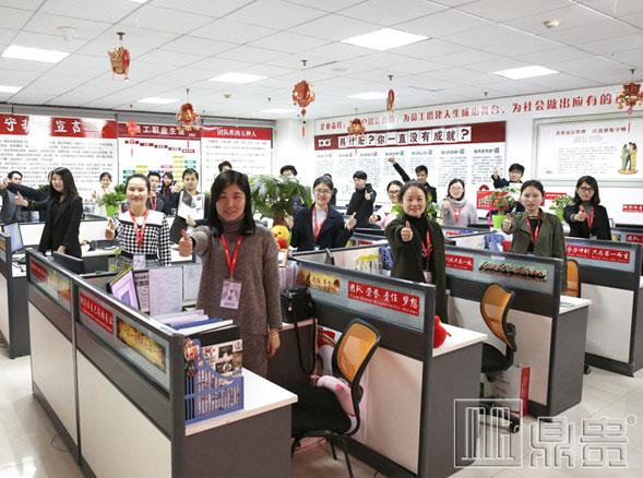 东莞哪里有珠宝展柜?鼎贵一家青春洋溢并人才济济的展柜厂家